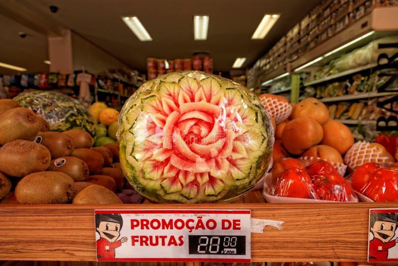 De vruchten op verkoop ondertekenen met gesneden watermeloen royalty-vrije stock afbeelding