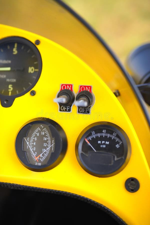 Download De Vue Legs à Bord Dessus à L'intérieur De L'habitacle D'un Tricycle Image stock - Image du affichage, matériel: 45350627