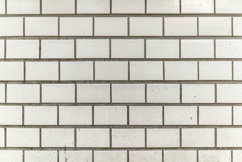 de vuile en korrelige witte grijze muur van de tegelstad royalty-vrije stock foto