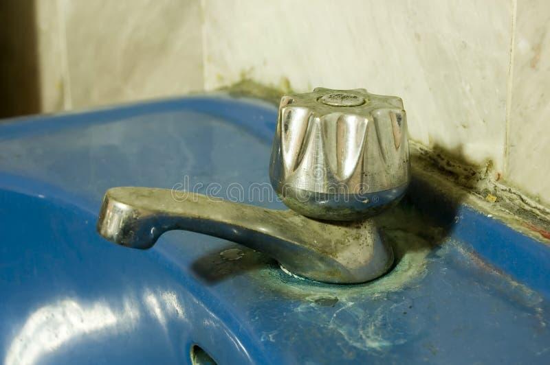 De vuile Kraan van het Water stock foto