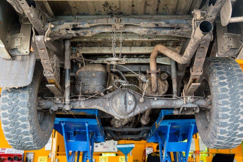 De vuile onderlift van de vrachtwagenauto te controleren stock foto's