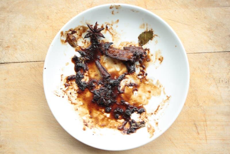 De vuile plaat met de beenderen van het kippenvlees na de maaltijd is gebeëindigd stock fotografie