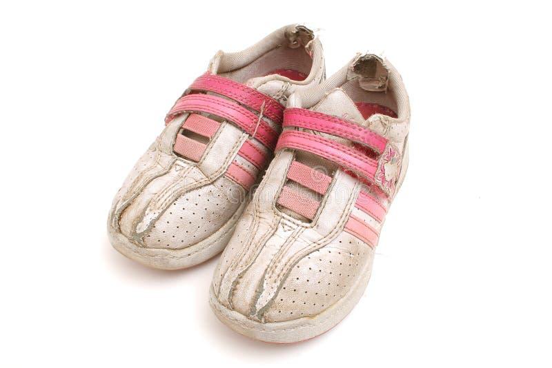 De vuile tennisschoenen van jonge geitjes royalty-vrije stock fotografie