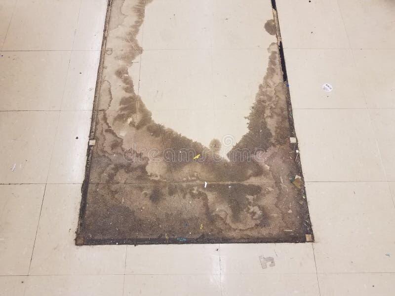 De vuile witte vierkante vloer betegelt waar een rek in een opslag werd bewogen royalty-vrije stock fotografie