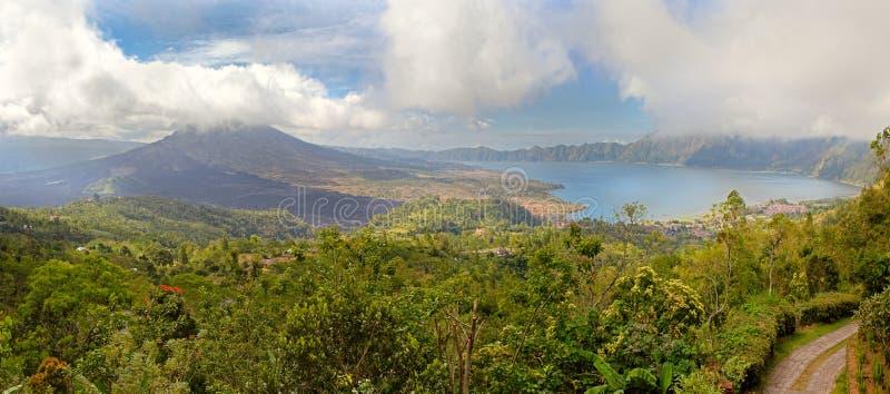 De vulkaan van Bali dichtbij meer Bratan stock fotografie