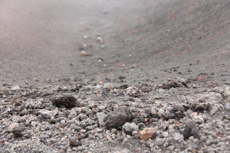 De vulkaan van Etna Zwarte Vulkanische Aarde, Vulkanische Lava en Stenen Dichte Mist op Onderstel Etna Plaats voor tekst Het Eila stock afbeelding