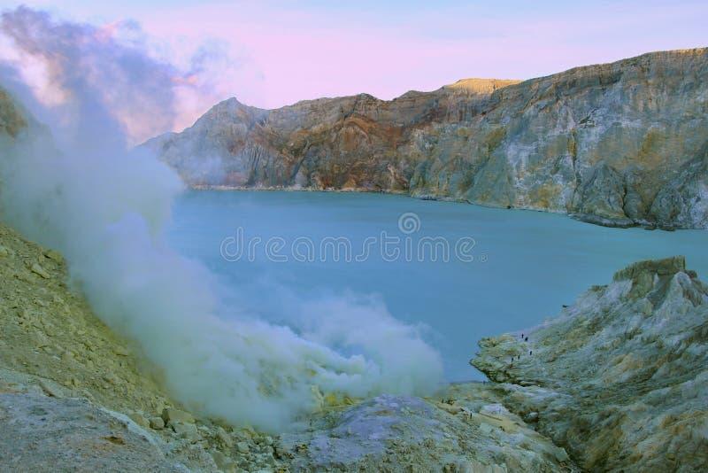 De vulkaan van kraterkawah Ijan met het grootste zure meer van de wereld stock fotografie