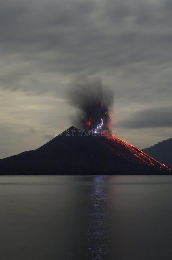 De vulkaanuitbarsting van de nacht. stock afbeeldingen