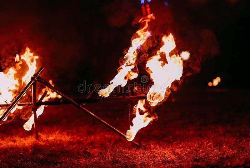 De vurige nacht toont brandspears prestaties stock foto