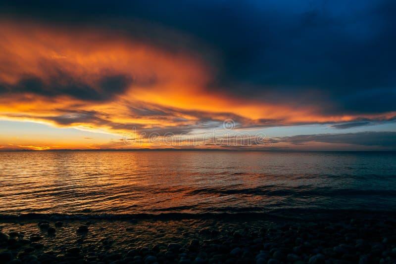 De vurige zonsondergang over Baikal, het eiland van olkhon royalty-vrije stock foto's