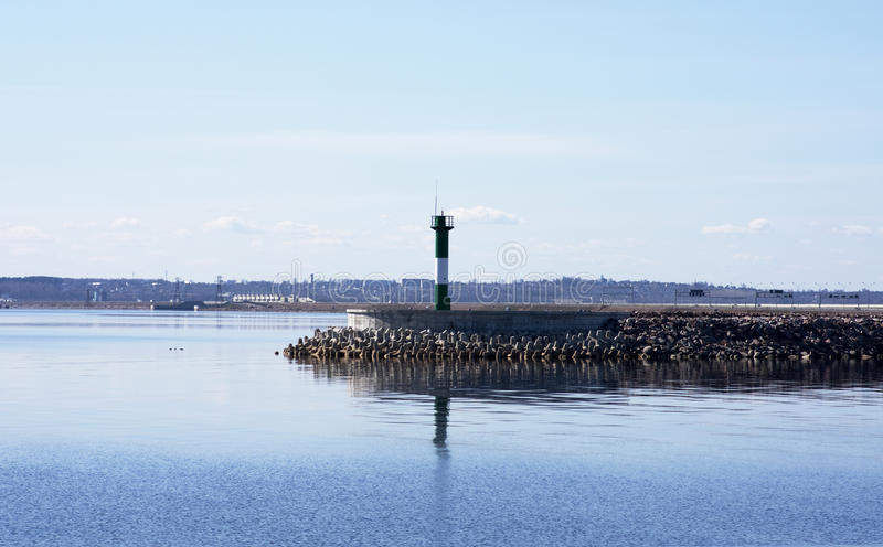 De vuurtoren bij de rand van de haven royalty-vrije stock foto's