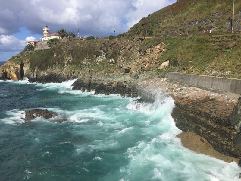 De vuurtoren bij Kaap in Cudillero Asturias Spanje stock afbeelding