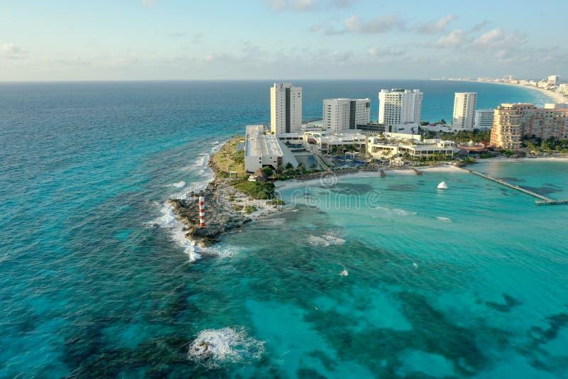 De vuurtoren Cancun, MX van het koraalstrand stock afbeelding