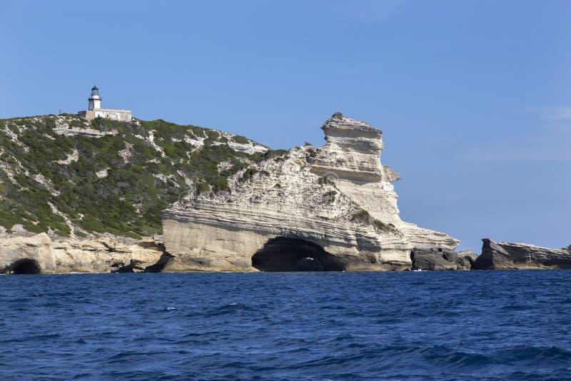 De vuurtoren Pertusato overziet een beroemde rots, Kust van Bonifacio, Corsica stock foto's