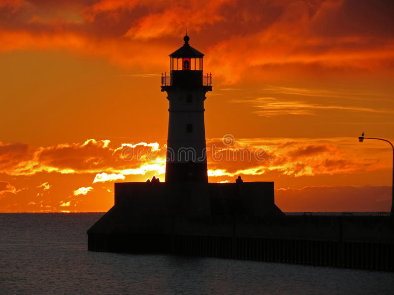 De Vuurtoren van het zonsopgangbaken stock afbeelding