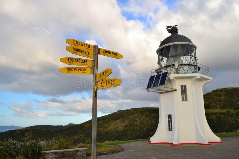 De vuurtoren van de Kaapreinga van Nieuw Zeeland met pijlen die richtingen tonen royalty-vrije stock afbeeldingen