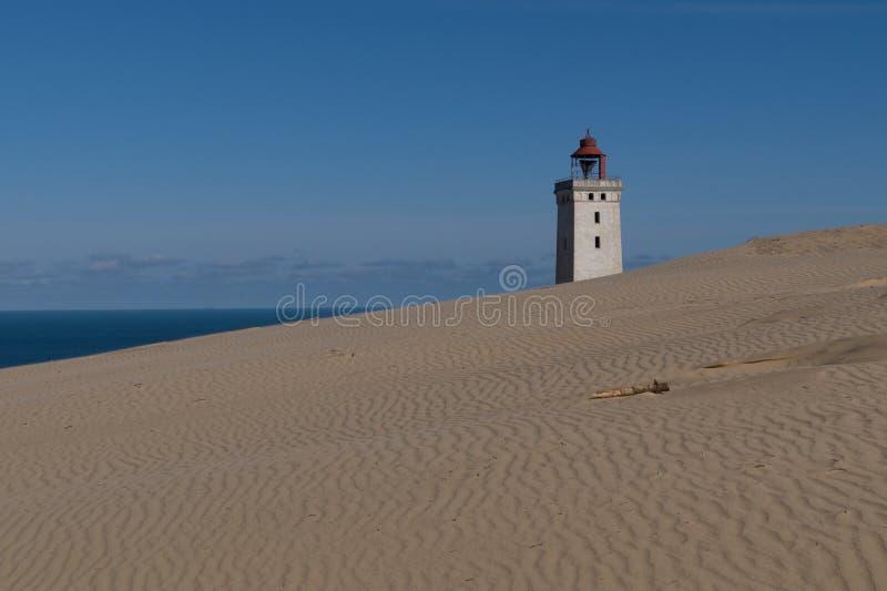 De Vuurtoren van Rubjergknude, Denemarken achter een machtig zandduin stock foto