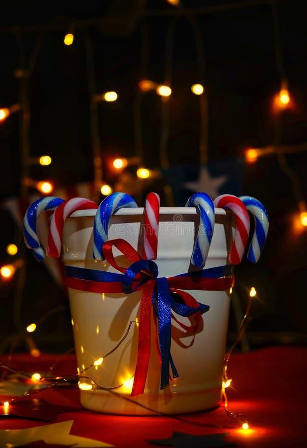 De vuurwerkvertoning viert de onafhankelijkheidsdag op vier juli van de natie van de Verenigde Staten van Amerika met ons vlag, royalty-vrije stock afbeeldingen