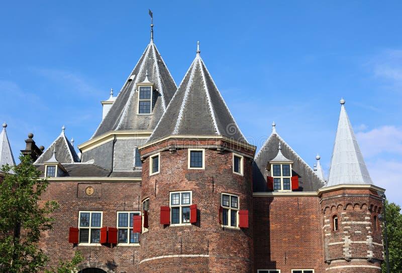 DE Waag Castle in Amsterdam, uniek historisch kasteel dichtbij rood lichtdistrict in Nederland Schitterende rode vensters, geschi royalty-vrije stock foto's
