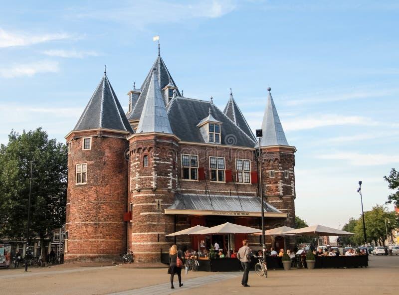 De Waag, medeltida byggnad i Amsterdam fotografering för bildbyråer