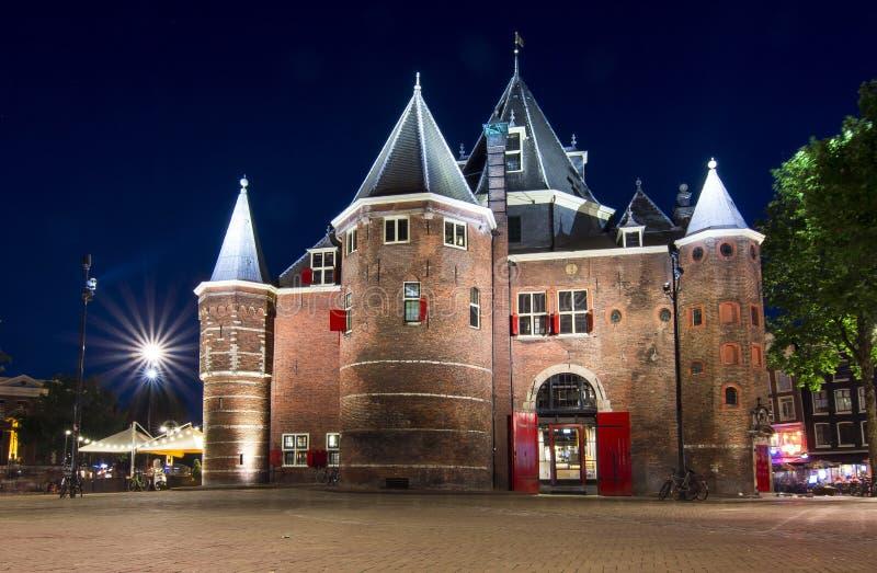 DE Waag weegt huis in Amsterdam bij nacht, Nederland royalty-vrije stock fotografie