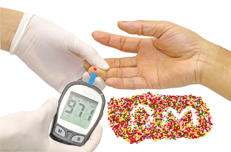 De waarde van de bloedsuiker wordt gemeten op een vinger door vrouwelijke arts in witte medische handschoenen en decoratief bestr stock foto's