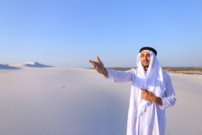 De waardige Arabische mens kijkt hard in afstand en denkt, status na royalty-vrije stock fotografie
