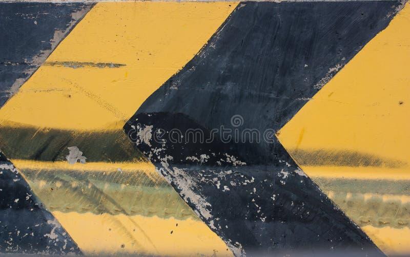 De waarschuwingsborden en de draai verlaten op de weg royalty-vrije stock foto's