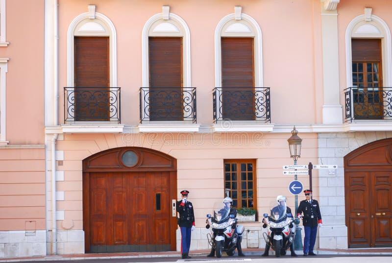 De Wacht en de politie van Monaco op plicht beschermen de hertog tijdens hij uitgaan dichtbij het Paleis van de Prins van Monaco royalty-vrije stock foto