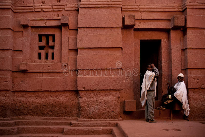 De wachten bij lalibela schommelen gehouwen kerk in Ethiopië Afrika stock afbeeldingen
