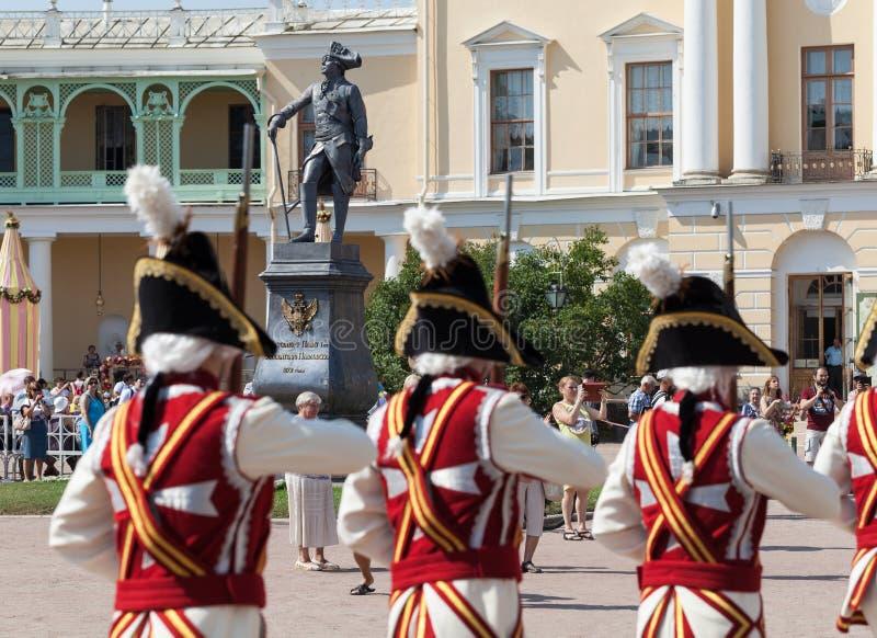 De Wachten en het fanfarekorps Vivat, Rusland van de kunstgroep! Pavlovsk Rusland stock foto's