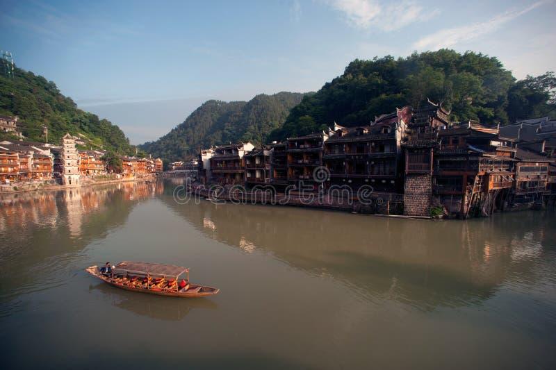 De wachtende passagier van de reisboot in de oude stad van Fenghuang royalty-vrije stock foto