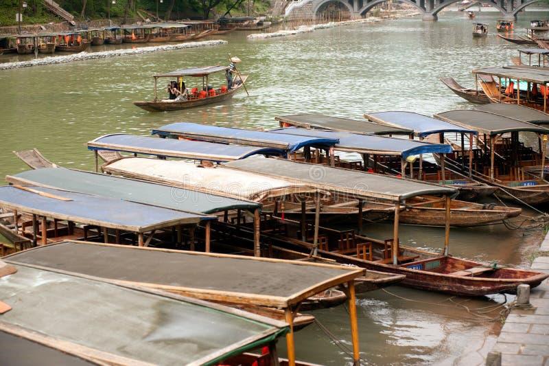 De wachtende passagier van de reisboot in de oude stad van Fenghuang stock afbeelding