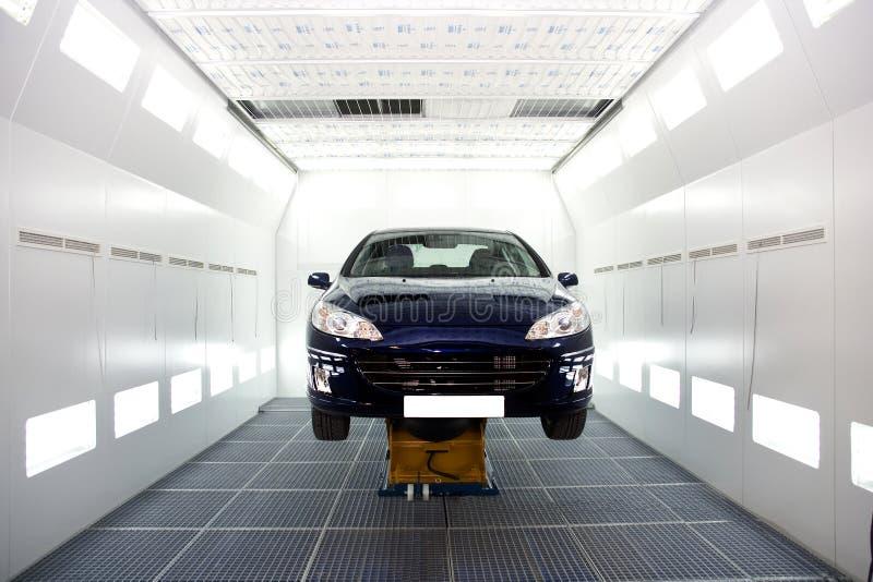 De wachtende reparaties van de auto royalty-vrije stock afbeelding