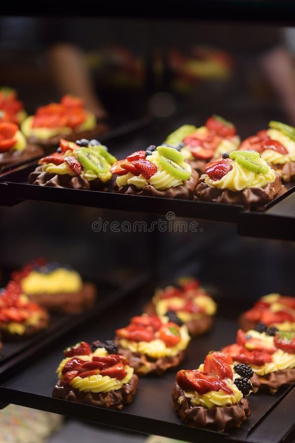 De wafels van Belg en van Luik met chocolade, bessen, zoete saus, room stock fotografie