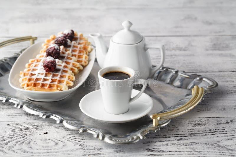 De wafels van Brussel met bessen en koffie stock foto's