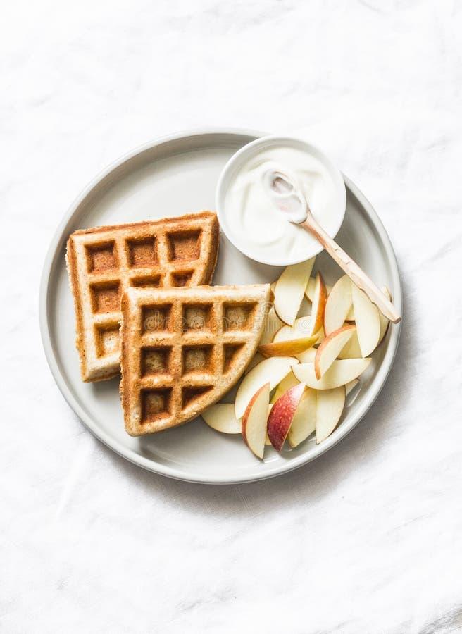 De wafels van het banaanhavermeel met appel en yoghurt op een lichte achtergrond, bovenkant Heerlijk ontbijt, dessert stock foto's