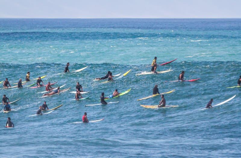 De Waimeabaai Oahu Hawaï, a-groep van surfers wacht op een golf te surfen royalty-vrije stock afbeelding