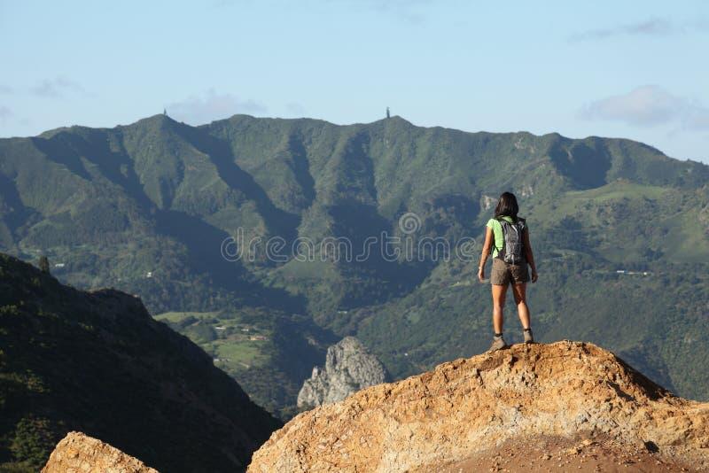De wandelaar die van de vrouw centrale pieken op st helena bekijkt stock afbeelding afbeelding - Centrale eiland prijzen ...