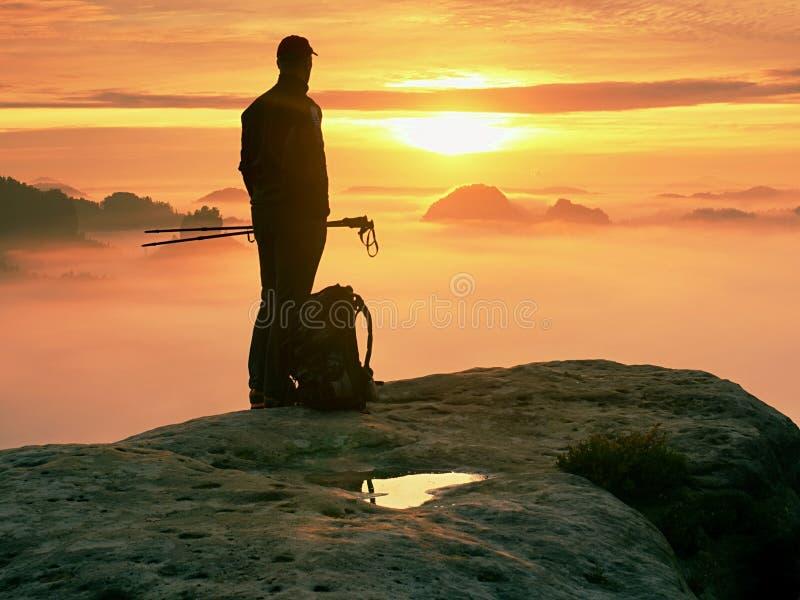 De wandelaar met rugzak bereikt de top van bergpiek Succes, vrijheid en geluk in bergen royalty-vrije stock fotografie