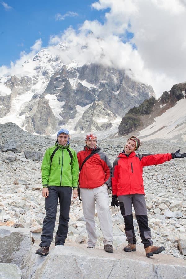 De wandelaar neemt een rust tijdens wandeling in de bergen van de Kaukasus, Georgië stock foto's