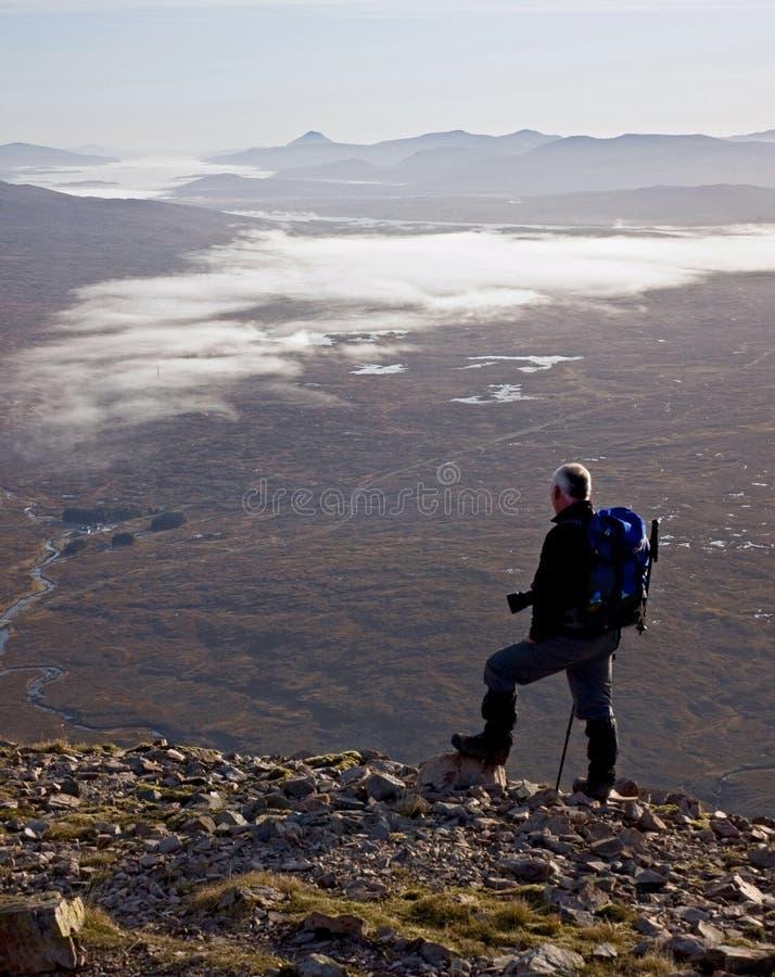 De wandelaar op Buachaille Etive legt vast. stock fotografie