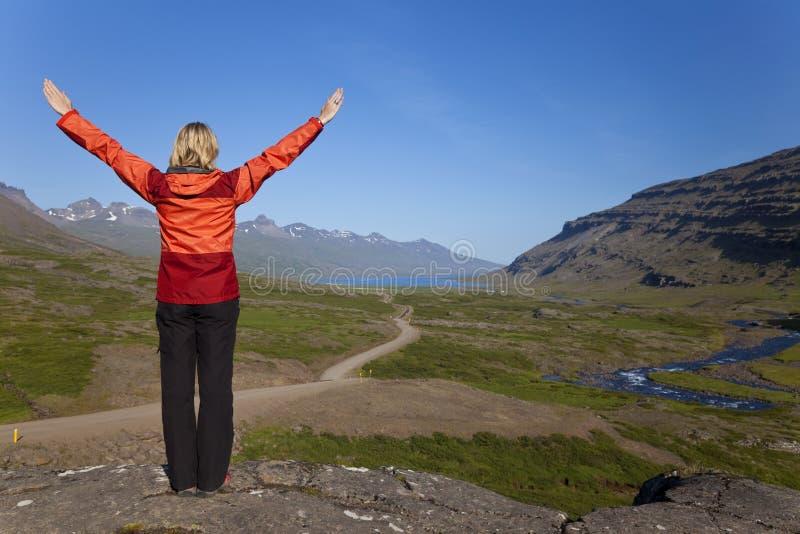 De Wandelaar van de vrouw in de Berufjordur Vallei IJsland royalty-vrije stock fotografie