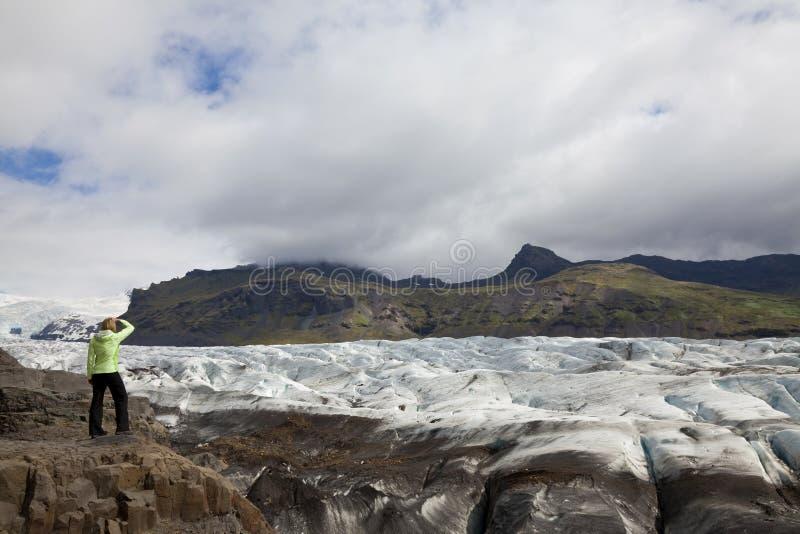 De Wandelaar van de vrouw door de Vatnajokull Gletsjer IJsland royalty-vrije stock foto