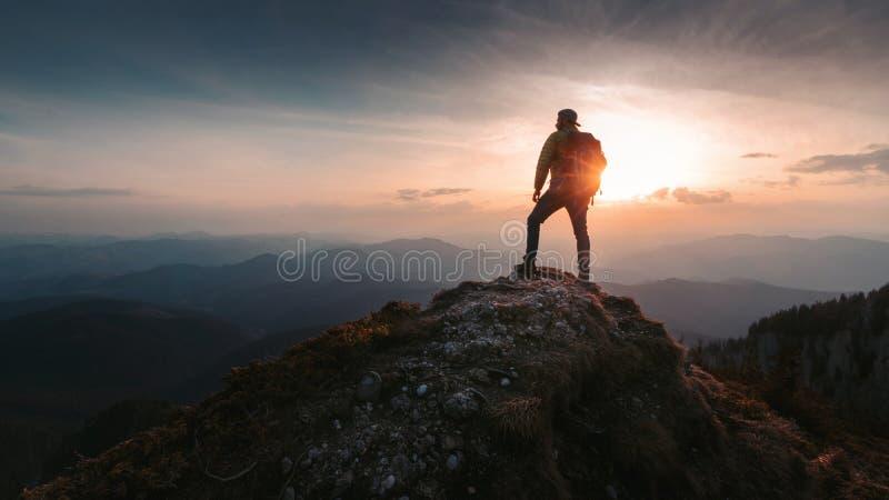 De wandelaar van de toeristenmens bovenop de berg Actief het levensconcept stock afbeelding