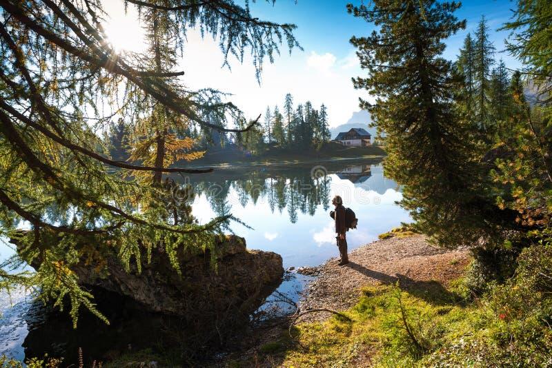 De wandelaarman in mooie Lago Di Federa See vroege ochtend stock afbeeldingen