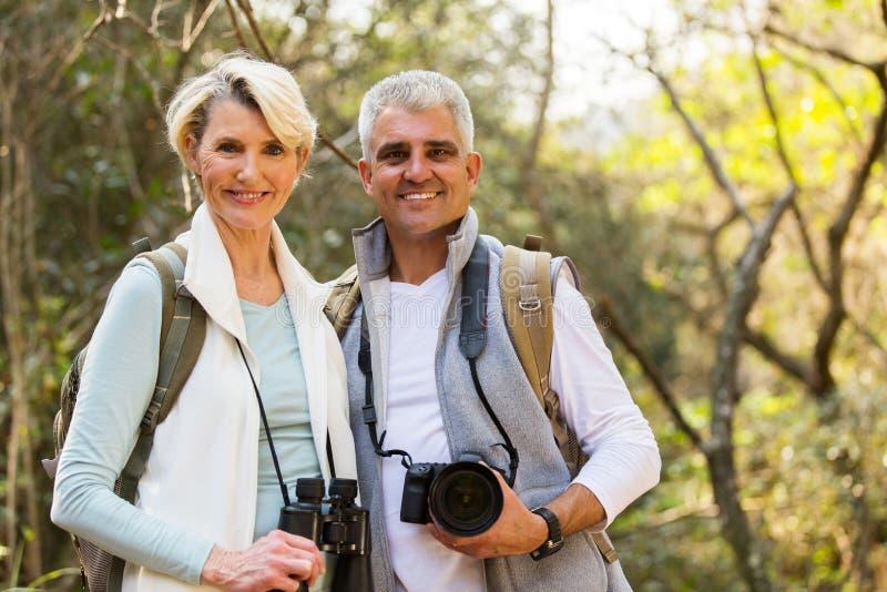 De wandelaars koppelen openlucht genieten van royalty-vrije stock afbeelding