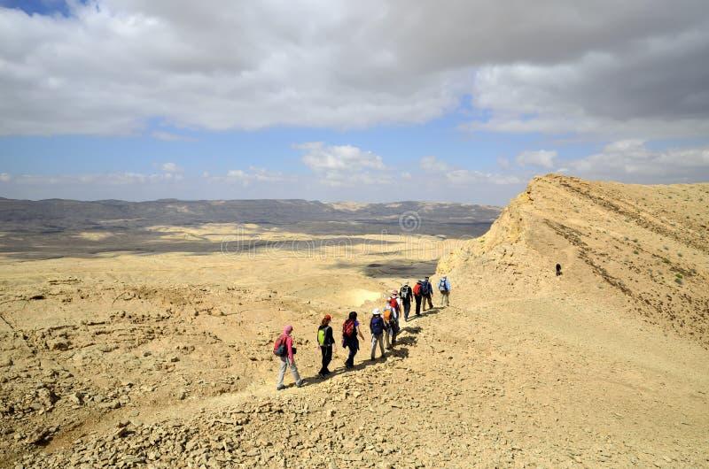 De wandelaars in Negev verlaten. stock foto