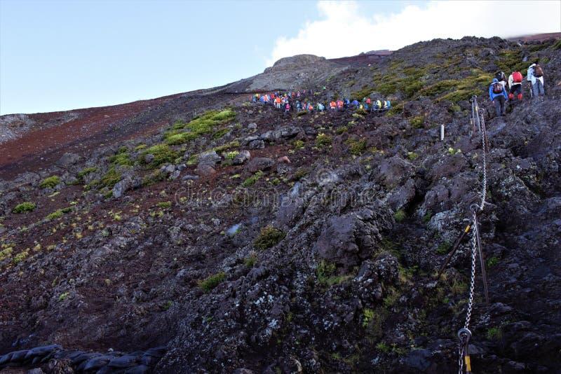 De wandelaars op hun manier aan de piek van Fujisan, zetten Fuji, Japan op stock foto's