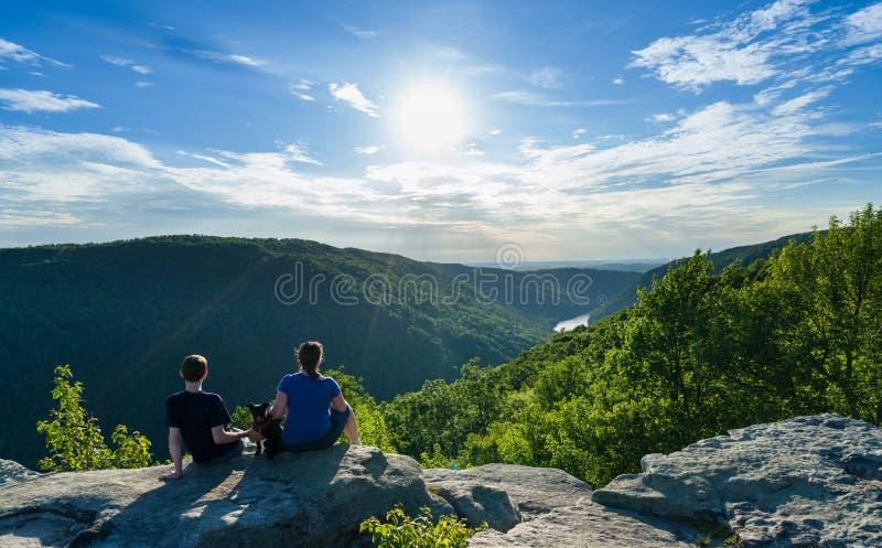 De wandelaars op Raven Rock in Kuipersrots verklaren Boswv royalty-vrije stock foto's